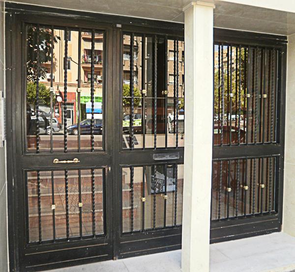 Fabricamos todo tipo de puertas de patio y rejas fijas abatibles y